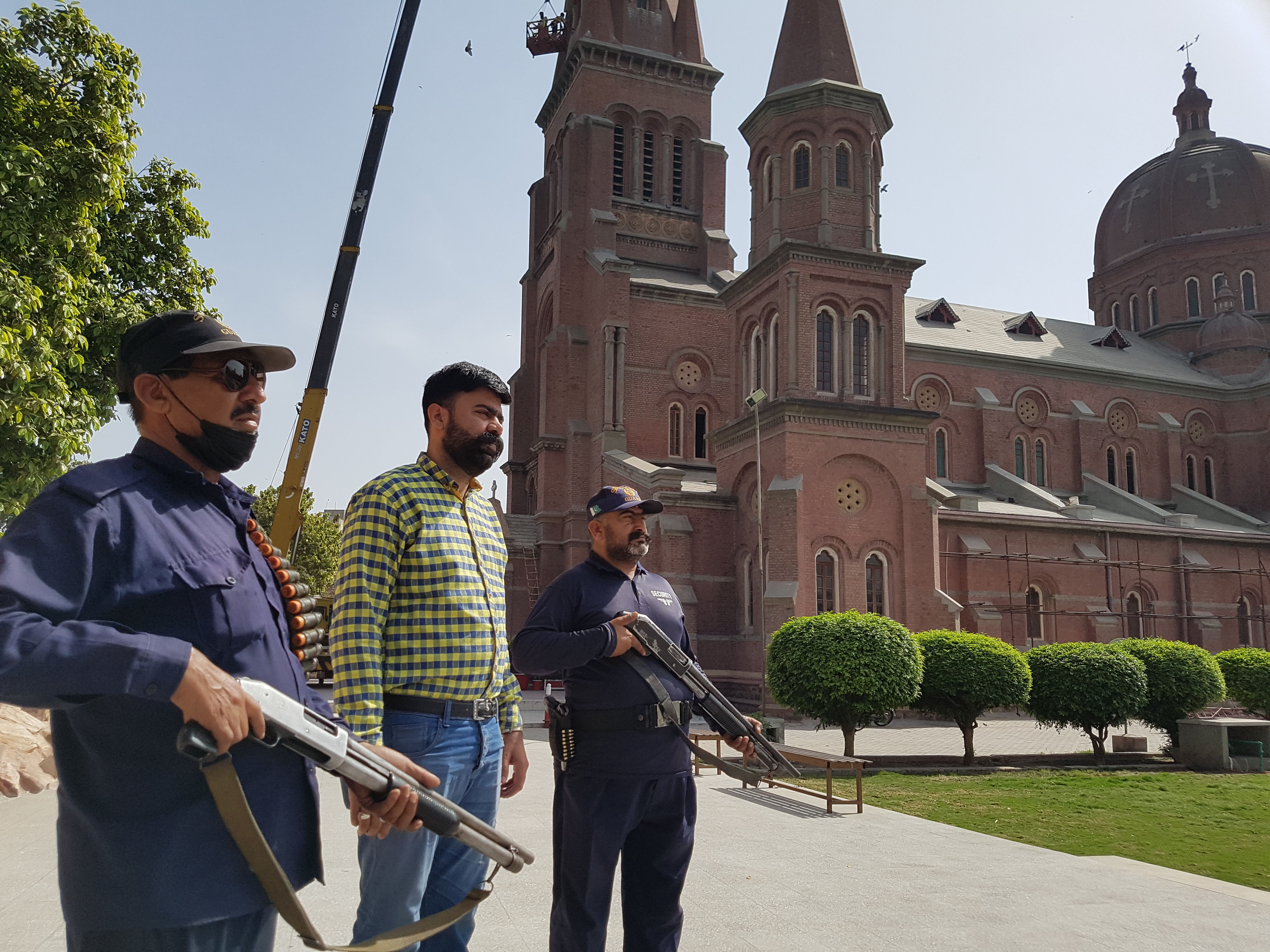Pakistani Catholics volunteer for Church security